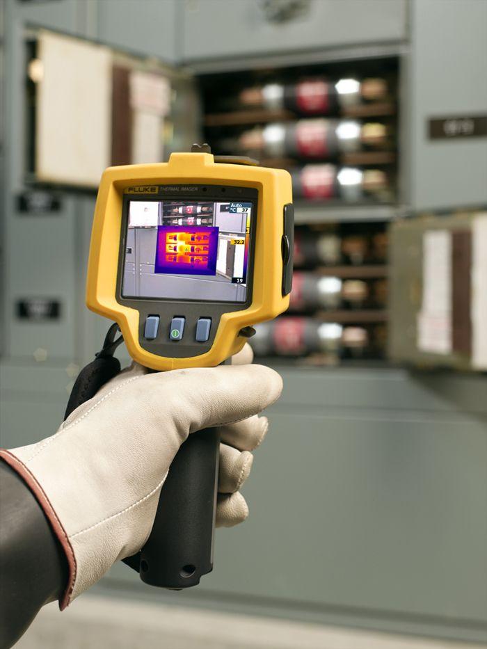 Использование тепловизора позволяет энергетикам определить ослабленные контактные соединения в электрических шкафах и сборках