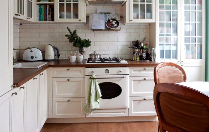 Белый цвет наружной панели хорошо выглядит на светлой кухне