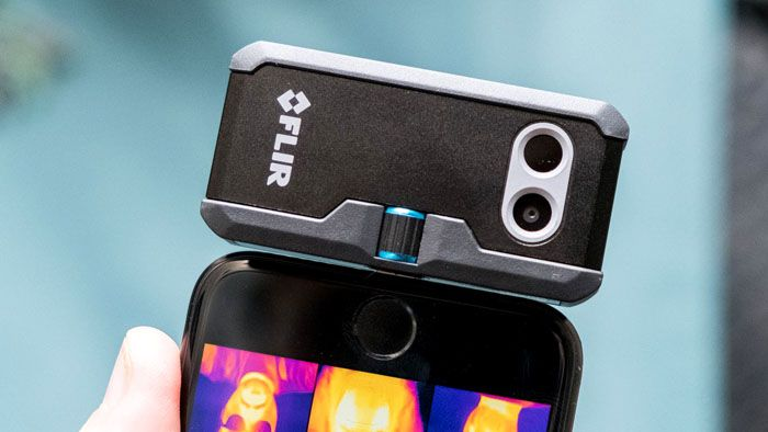 Размещение накладки «Flir One» на корпусе смартфона при выполнении тепловизионного обследования