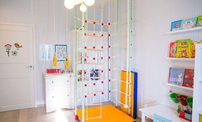 Малыши с раннего возраста любят заниматься на шведской стенке