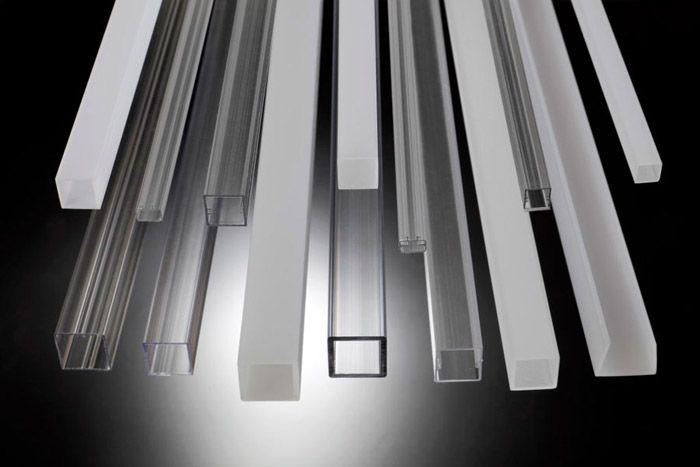 Модели из пластика бывают различного цвета, размера и формы
