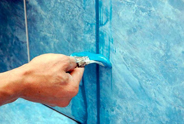 Выполнение работ с использованием эпоксидных составов осуществляется при помощи резинового шпателя
