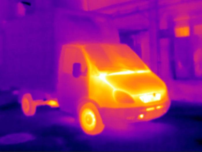 Изображение автомобиля с работающим двигателем на экране тепловизора