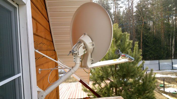 Если у вас в загородном посёлке нет проводных средств связи, логично сделать выбор в пользу двухстороннего канала. Обойдётся он дороже, зато гарантирует стабильную работу