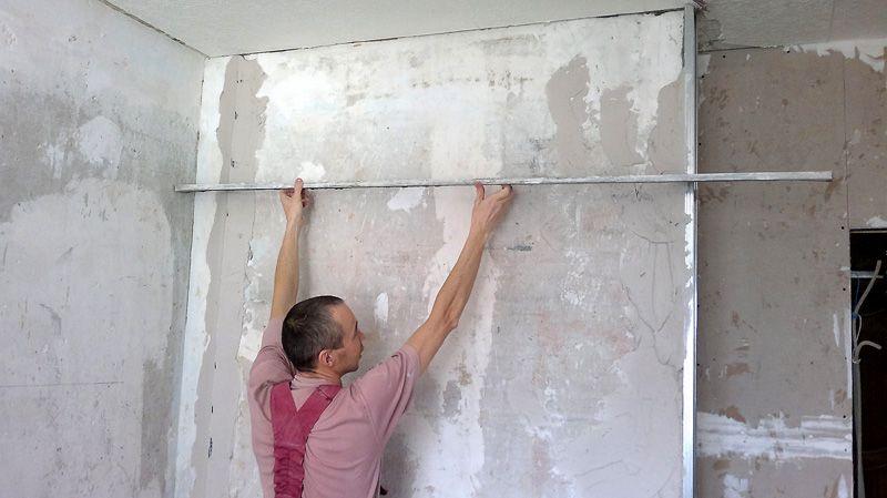 Когда вы выведете с помощью натянутой нити необходимый уровень поверхности, выставляйте маяки. Их изготавливают из той же шпаклевочной смеси и наносят на стену