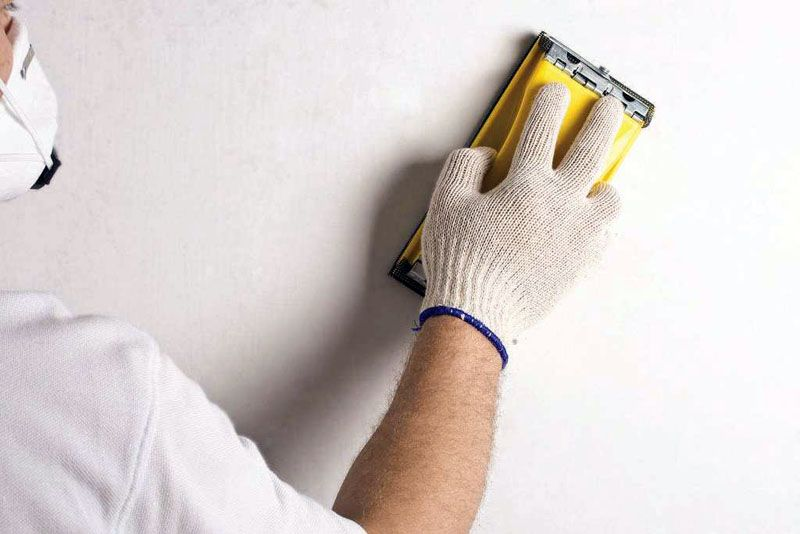 Материал закрепляют на бруске и вручную обрабатывают стены
