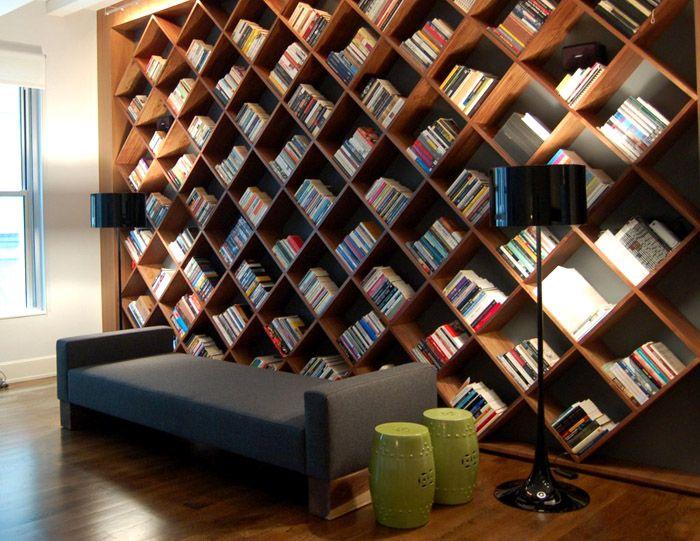 Эстетично оформленные стеллажи и полки превратят вашу коллекцию литературы в украшение интерьера