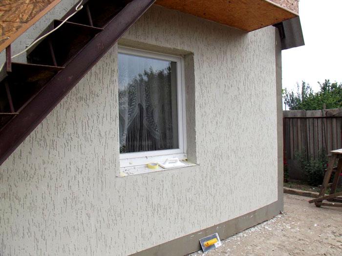 Стена выполнена в технике «короед-дождик»
