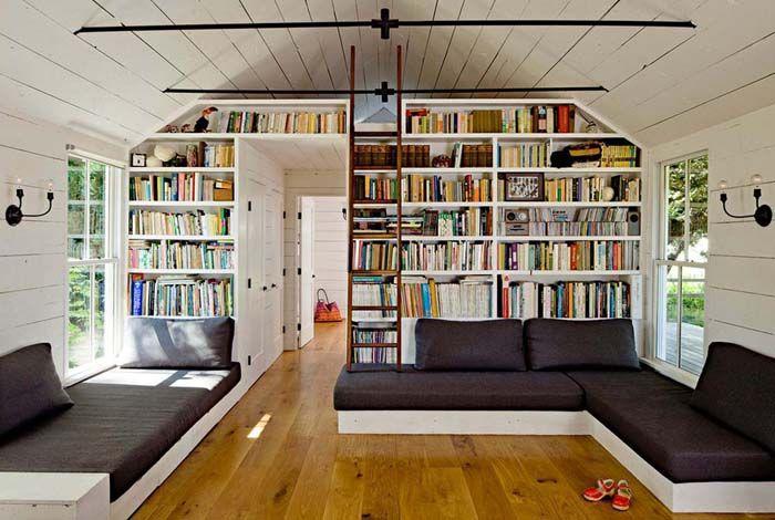 Удобно, если книги расставлены по какому-то принципу, облегчающему поиск нужного произведения