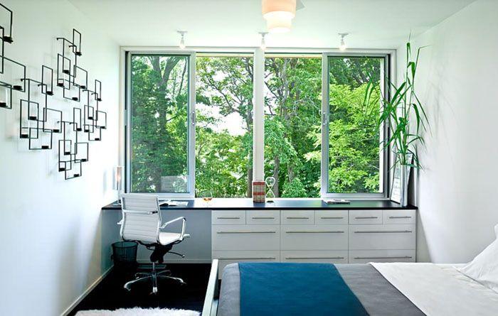 Используйте как рабочую поверхность подоконники: они могут превратиться в скамейку, цветочный стеллаж или полку для книг, рабочий стол