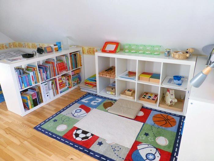 Открытые стеллажи с подходящими по возрасту игрушками и книжками – это и есть шкафы Монтессори