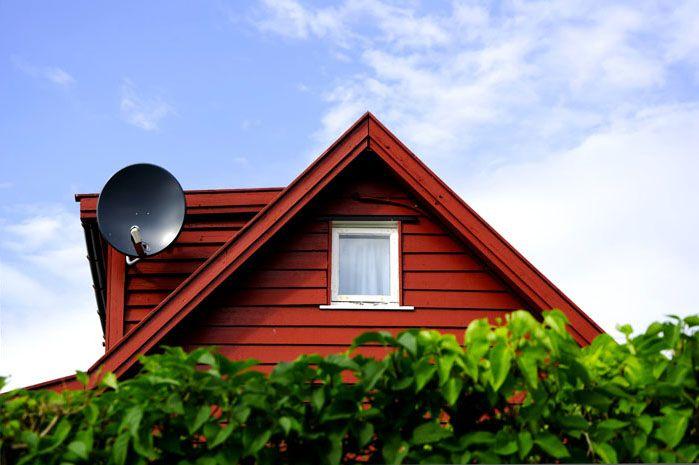 Спутниковую тарелку устанавливают на крыше дома