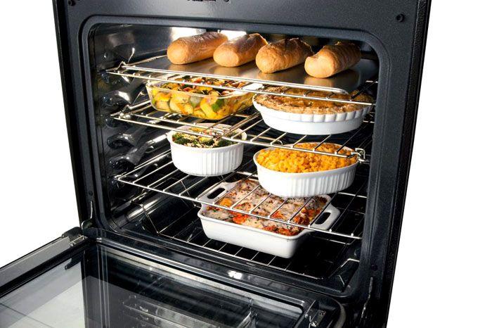 В газовом шкафу, оснащённом конвектором, легко готовить несколько блюд одновременно