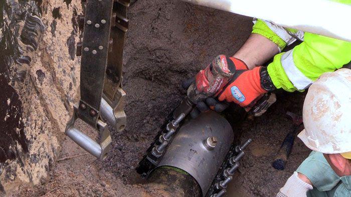 Установка двустороннего ремонтного изделия на трубу большого диаметра