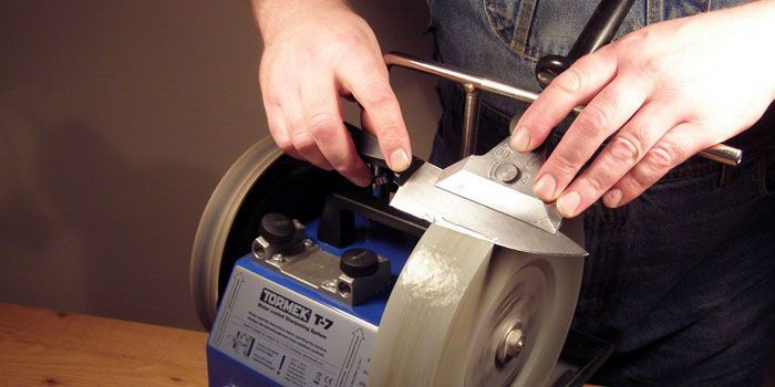 Заточка режущих граней на точильном станке с использованием приспособления, обеспечивающего необходимый угол заточки