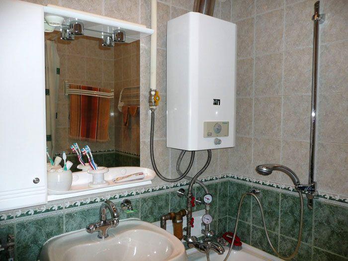 Газовую колонку можно установить не только на кухне, ванная комната тоже идеально подходит для этого