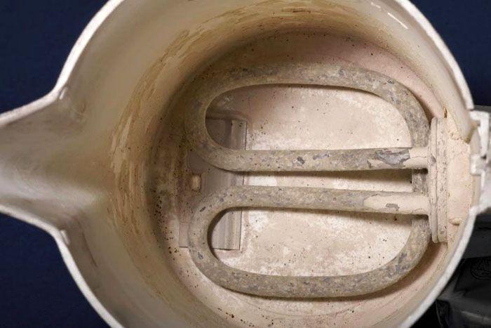 Наличие накипи на поверхности ТЭНов электрического чайника увеличивает время нагрева воды в нём