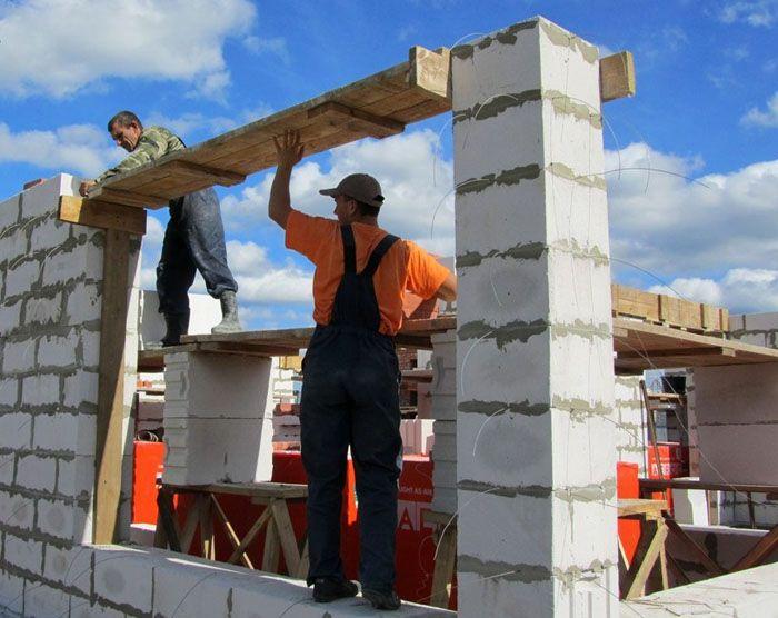 Дом из газобетонных блоков можно построить своими руками, надо только знать особенности строительства с использованием этого строительного материала