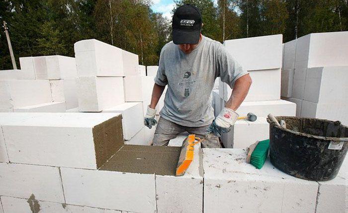 При кладке газобетонных блоков используются специальные клеящие составы и обычный цементный раствор