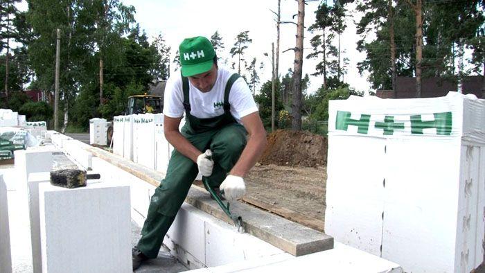 Для укладки армирования в поверхности блоков прорезаются канавки, если таковые не предусмотрены при их изготовлении