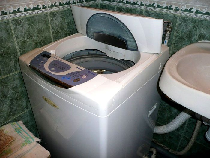 При верхней загрузке нельзя использовать верхнюю крышку в качестве полки, что несколько неудобно при размещении в малогабаритных ванных комнатах