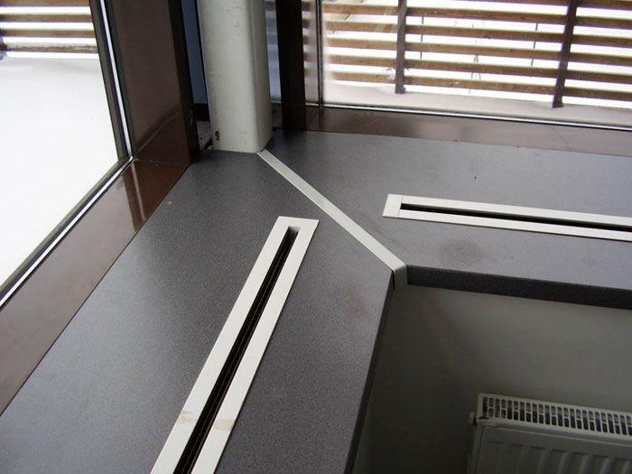 Узкие модели, как правило, лишь обрамляют вентиляционное отверстие в подоконной доске