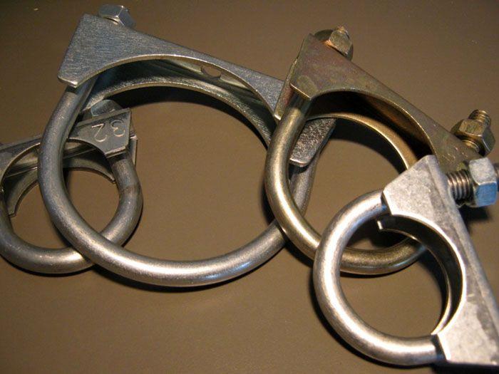 Скоба U-образной формы изготавливается для каждого типоразмера труб, что позволяет подобрать необходимый элемент крепления для трубопроводов разного диаметра