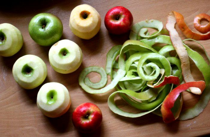 Яблочные очистки, в которых содержатся витамины и органические кислоты, полезны как для питания, так и для технических целей