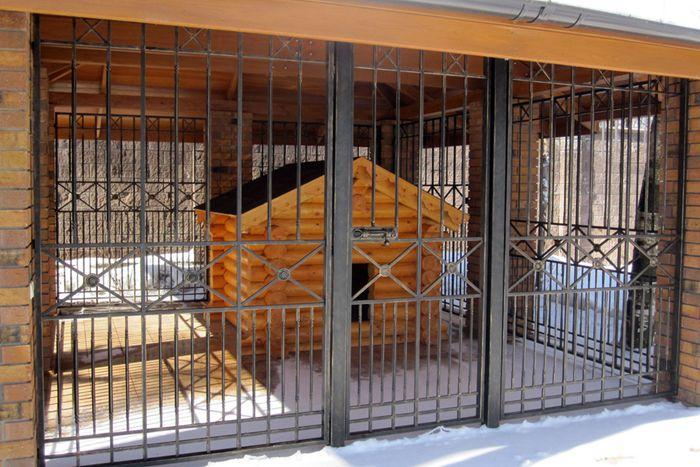 Кирпичный загон – капитальное сооружение, которое прослужит очень долго не одному поколению ваших питомцев