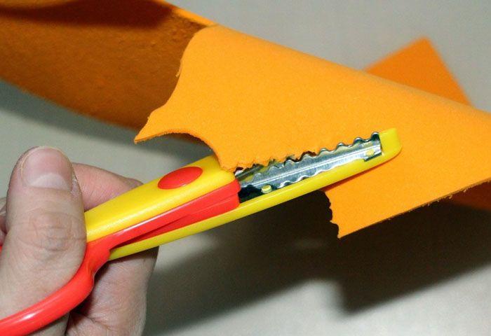 Резиновая замша легко режется ножницами, на ней можно сделать тиснёный рисунок