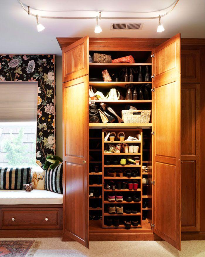 Для людей с просторными прихожими нет проблемы поставить в неё настоящий обувной шкаф — мечту многих женщин