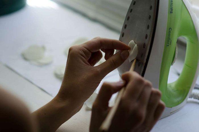 Можно использовать для нагрева фен, утюг, обычную свечку или тепло рук