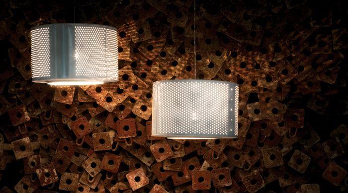 Такой барабан можно превратить и в оригинальный светильник. Если внутри разместить лампу, перфорированная поверхность барабана отбросит блики на стены. Подобные светильники будут хорошо смотреться на потолке веранды или даже на полу