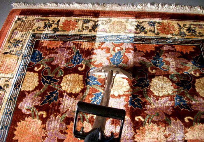 Шёлковые ковры не стоит мочить без крайней необходимости, непрофессиональной чисткой их можно безнадёжно испортить