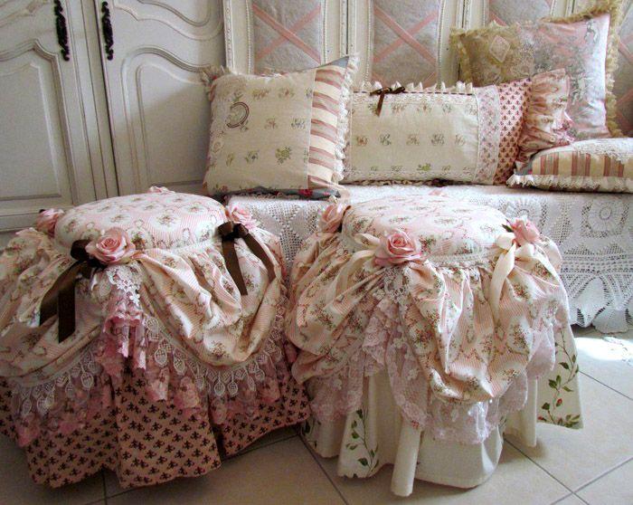 На диванах вы увидите многочисленные подушки с кружевными и вышитыми вставками, бантами и прочим декором