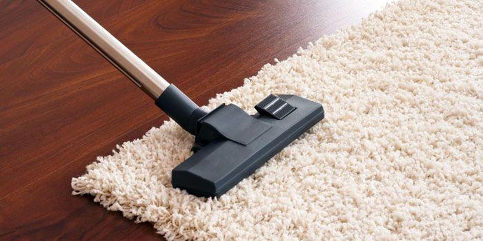 Заведите за правило чистить ковёр каждую неделю с пылесосом и каждую зиму выбивать его на свежем снегу