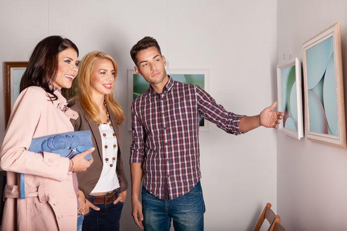 Важно так разместить изображения на стене, чтобы смотрящему на них человеку не пришлось вставать на цыпочки или наклоняться, чтобы рассмотреть детали