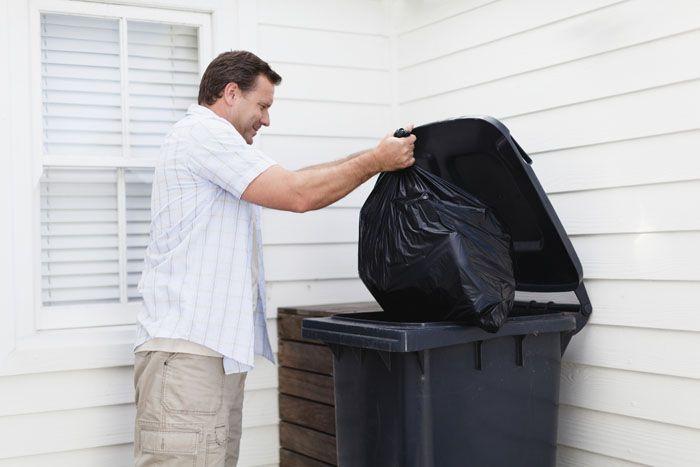 Почаще выносите мусорное ведро, поставьте на кухне контейнер с герметичной крышкой