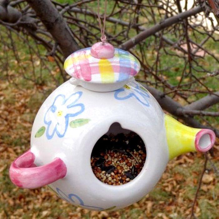 И совсем необязательно выкидывать старый заварочный чайник, он хорошо может послужить для птичек