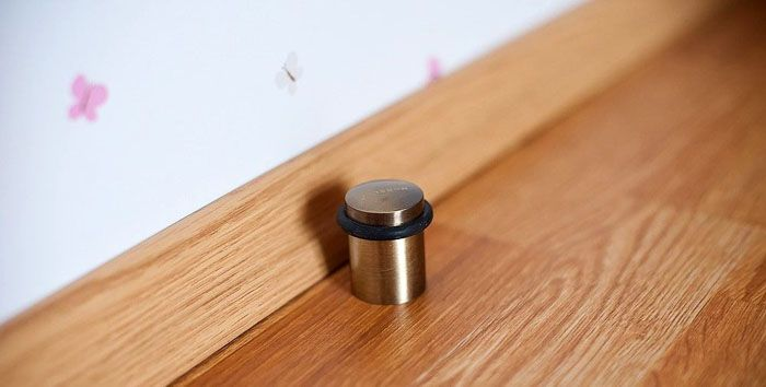 Недорогой ограничитель предотвратит повреждение стен и дверей для ванной и туалета
