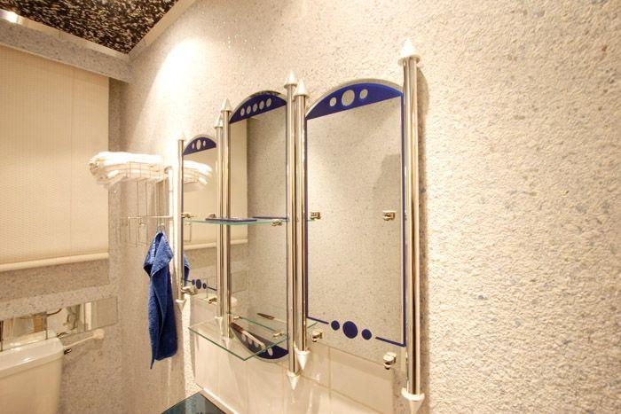 Бело-кремовые цвета как нельзя лучше подходят для туалетных комнат