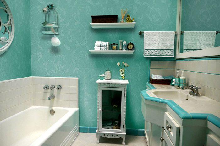 Если фартук около ванны из плитки, то остальное пространство вполне безопасно оформить таким неустойчивым перед влагой материалом
