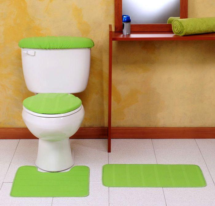 Оформляя туалет подобным материалом, нужно иметь наготове запас для восстановления повреждённых участков