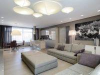 В больших комнатах устанавливают крупные предметы: мебель, светильники, постеры