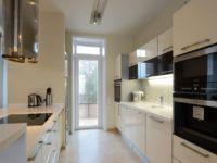 Для улучшения видимости на кухне применяют комбинацию естественного/искусственного освещения