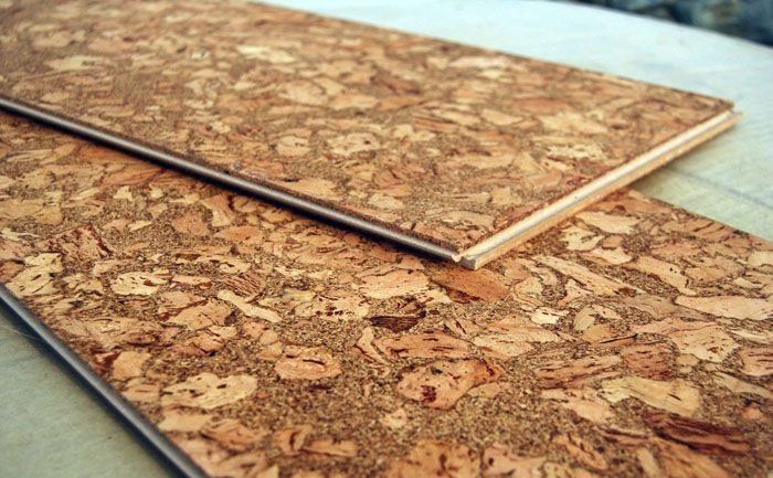 В продаже вы можете встретить покрытия из пробки. Поклонникам экологичного стиля они очень понравятся, но отмывать их от жира на кухне – занятие не из приятных