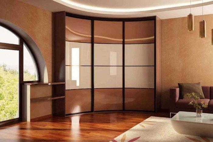 Эффектный внешний вид радиусных моделей гармонично дополнены соответствующей формой окна и подвесных конструкций потолка