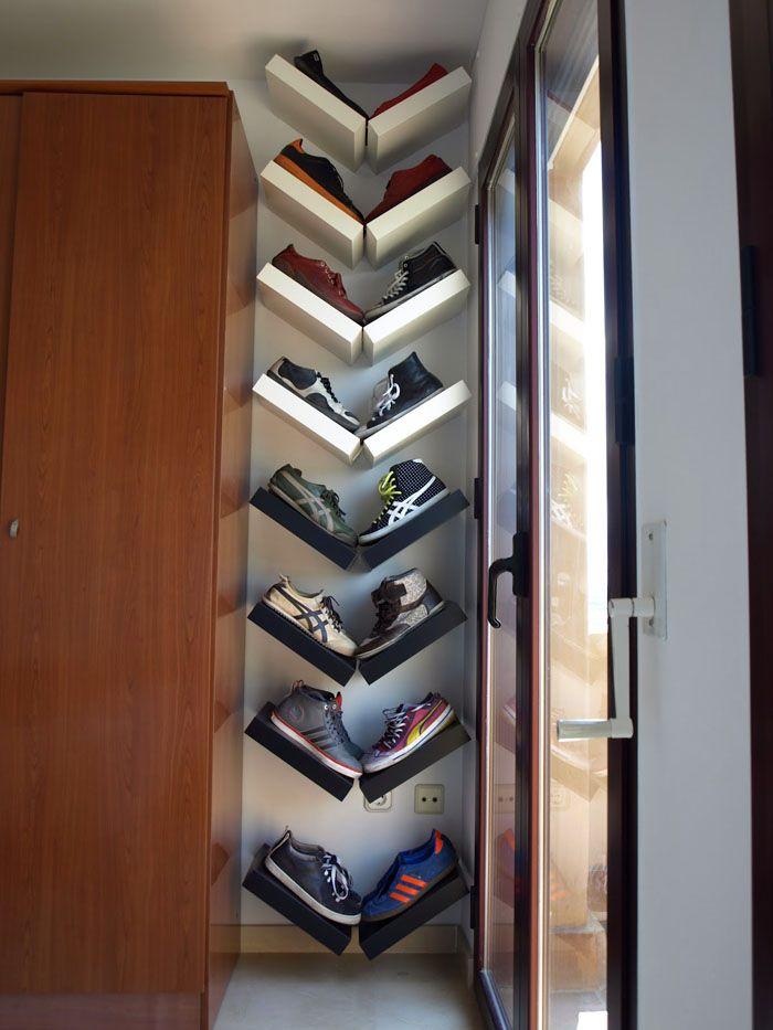 Размещение у стены делает коллекцию обуви частью интерьера