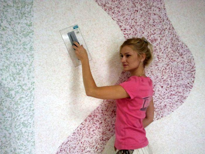 Стены, оформленные с помощью такого покрытия, смотрятся выигрышно и богато