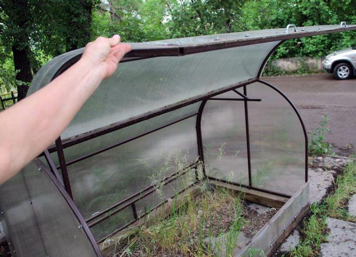 Для больших парников подъёмные части крыши разделяются на несколько секций